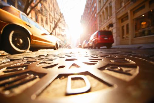 Low Angle View「Sun shining manhole at SOHO stone pavement street.」:スマホ壁紙(9)