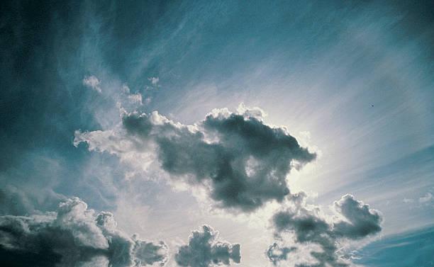 Sun shining through cumulus clouds:スマホ壁紙(壁紙.com)
