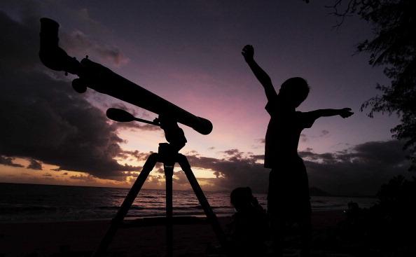 Boys「Solar Eclipse Draws Crowds To North Queensland Vantage Points」:写真・画像(8)[壁紙.com]