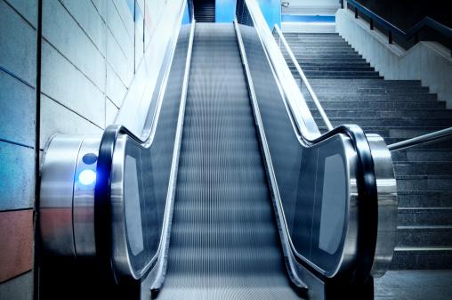 Escalator「エスカレーターと続く階段の地下鉄駅、ダーク、犯罪のコンセプト」:スマホ壁紙(16)