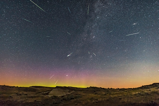 Multiple Exposure「Perseid meteor shower at Dinosaur Provincial Park, Alberta, Canada.」:スマホ壁紙(2)