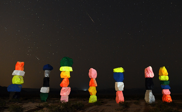 """Meteor Shower「The Annual Perseid Meteor Shower From The """"Seven Magic Mountains"""" Art Installation」:写真・画像(13)[壁紙.com]"""