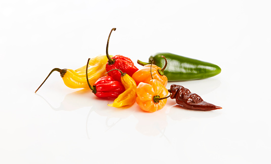 Cayenne Pepper「Various chili pods on white background」:スマホ壁紙(13)