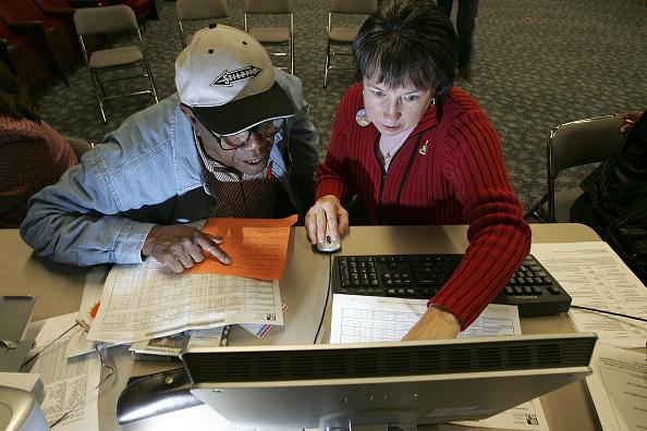 Insurance「Seniors Attend Medicare Enrollment Fair」:写真・画像(7)[壁紙.com]