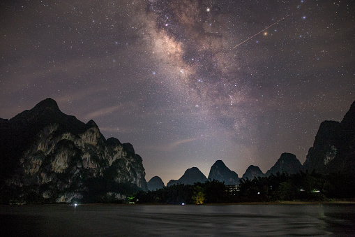 桂林山水「漓江、桂林、中国で撮影した天の川銀河の写真」:スマホ壁紙(7)