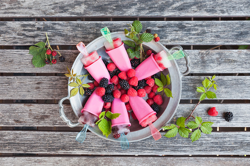 Frozen「Tin plate of homemade lemonade ice lollies with raspberries and blackberries」:スマホ壁紙(0)