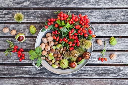 Walnut「Tin plate of autumn harvest on wood」:スマホ壁紙(8)