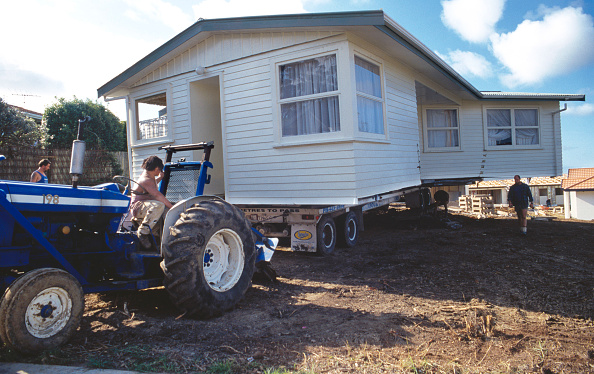 Portability「Portable mobile home being relocated in a caravan park, USA」:写真・画像(2)[壁紙.com]