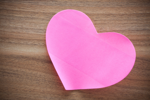 Adhesive Note「Pink paper heart shape on wood background」:スマホ壁紙(5)