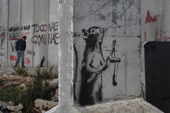 Graffiti「Banksy Graffiti Art On West Bank Barrier」:写真・画像(7)[壁紙.com]