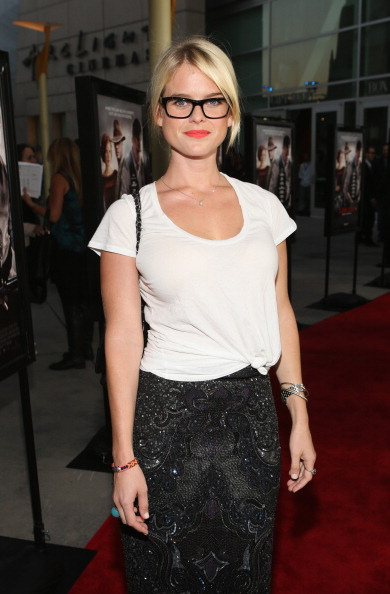"Scooped Neck「Premiere Of The Weinstein Company's ""Lawless"" - Red Carpet」:写真・画像(4)[壁紙.com]"
