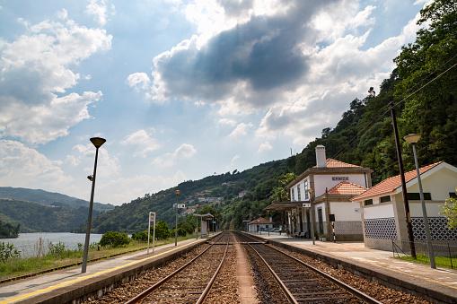 鉄道・列車「Station along the riverside of the Douro valley」:スマホ壁紙(1)