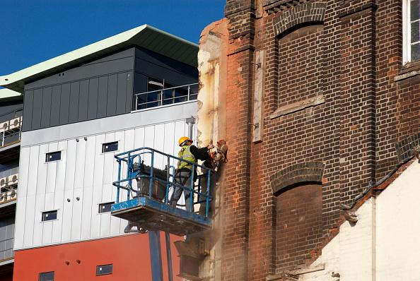 Dust「Man on telescopic platform using circular diamond cutter to cut through brick, new marina development, Ipswich, UK」:写真・画像(17)[壁紙.com]