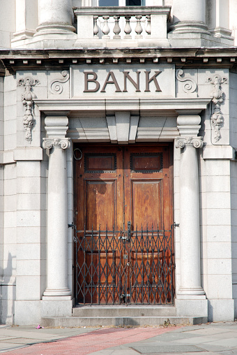 Banking「Closed bank door」:スマホ壁紙(6)