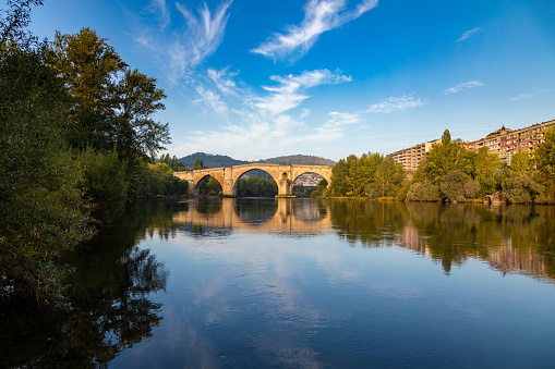 Camino De Santiago「Roman bridge over the Miño river and city scape in the background, Ourense, Galicia, Spain」:スマホ壁紙(5)