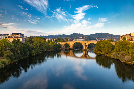 Camino De Santiago「Roman bridge over the Miño river and city scape in the background, Ourense, Galicia, Spain」:スマホ壁紙(4)