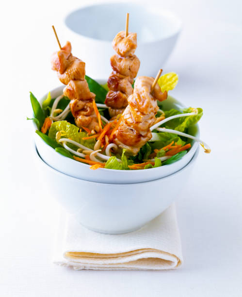 Chicken kebab in a bowl of salad on white ground:スマホ壁紙(壁紙.com)