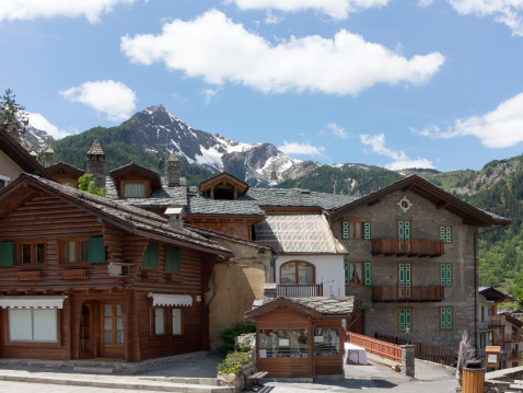 Chalet「Courmayeur in Italy and Mont Blanc mountains」:スマホ壁紙(14)