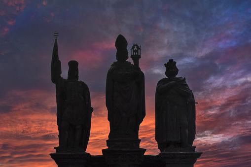 Charles Bridge「3 statues of Charles Bridge against red sunset」:スマホ壁紙(14)