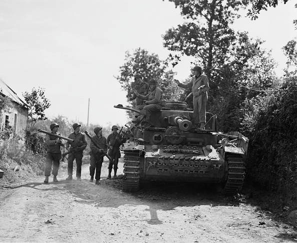 Country Road「Bazooka Crews And Knocked-Out Tank」:写真・画像(12)[壁紙.com]