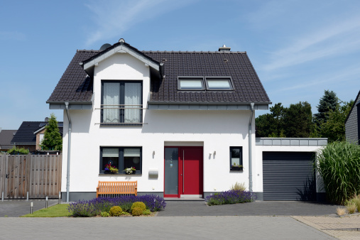 Germany「View of white house with garage from the front」:スマホ壁紙(0)