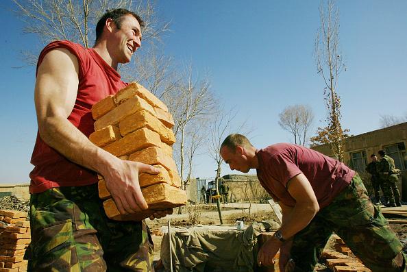 Paula Bronstein「British Royal Engineers Help Repair High School in Kabul」:写真・画像(8)[壁紙.com]
