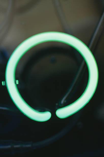Neon letter O:スマホ壁紙(壁紙.com)