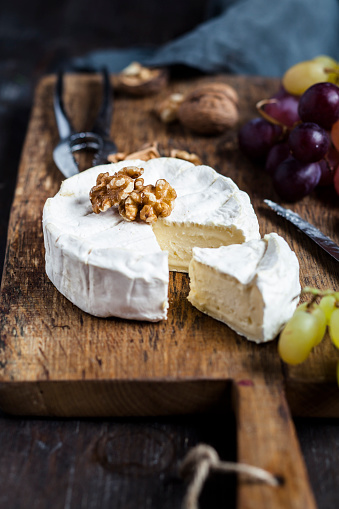 Walnut「Wooden board with sliced camembert, walnuts and grapes」:スマホ壁紙(16)