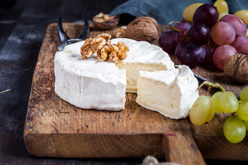 Nut - Food「Wooden board with sliced camembert, walnuts and grapes」:スマホ壁紙(15)