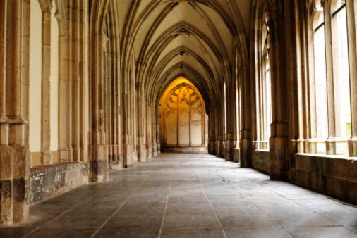 Utrecht「Medieval monastery corridor」:スマホ壁紙(12)