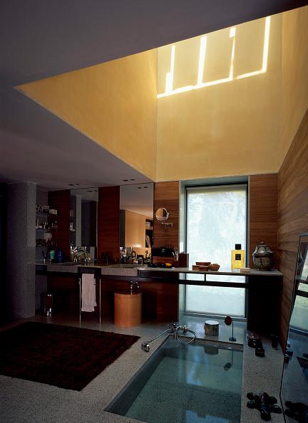 Rug「View of an elegant bathroom with a skylight」:写真・画像(13)[壁紙.com]