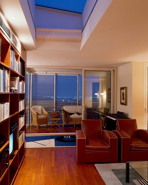 Ceiling「View of an elegant library in a home」:写真・画像(2)[壁紙.com]