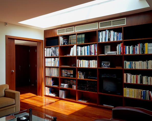 Ceiling「View of an elegant library in a home」:写真・画像(17)[壁紙.com]