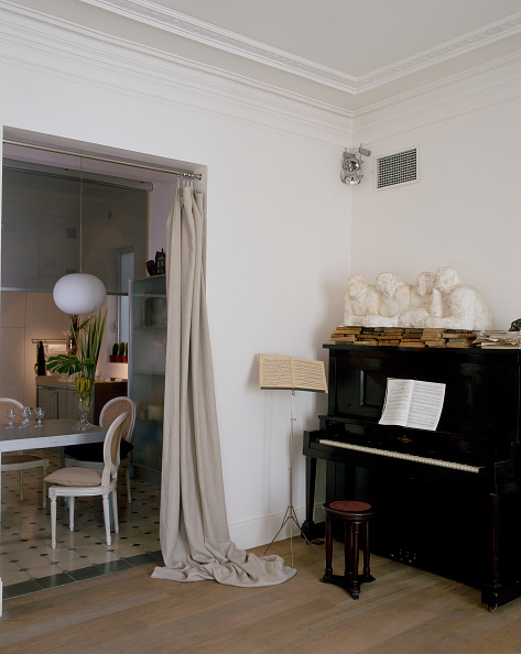 Dining Room「View of an elegant sculptures on a piano」:写真・画像(4)[壁紙.com]