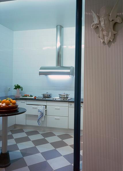 Kitchen「View of an illuminated kitchen」:写真・画像(18)[壁紙.com]
