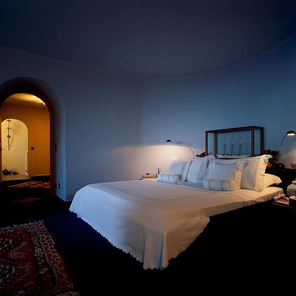 Comfortable「View of an elegant bedroom」:写真・画像(12)[壁紙.com]