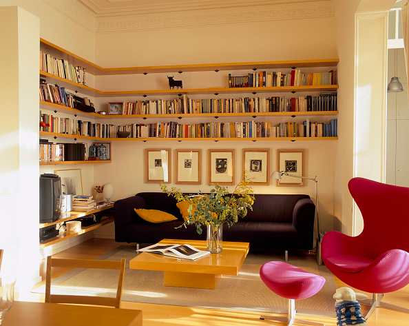 カラフル「View of an elegant living room with bookshelves」:写真・画像(9)[壁紙.com]