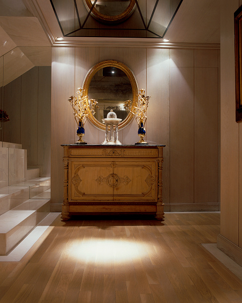 Spot Lit「View of an ornate mirror and a wooden cabinet in an illuminated hallway」:写真・画像(17)[壁紙.com]