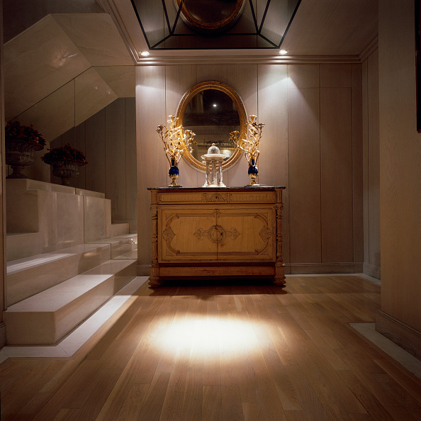 Spot Lit「View of an ornate mirror and a wooden cabinet in an illuminated hallway」:写真・画像(4)[壁紙.com]