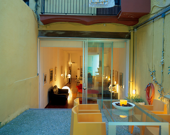 Dining Table「View of an illuminated living room through a doorway」:写真・画像(16)[壁紙.com]