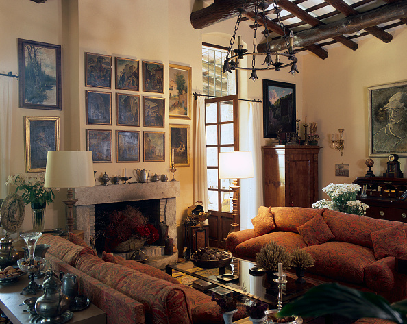 Cushion「View of an organized living room adorned with paintings」:写真・画像(12)[壁紙.com]