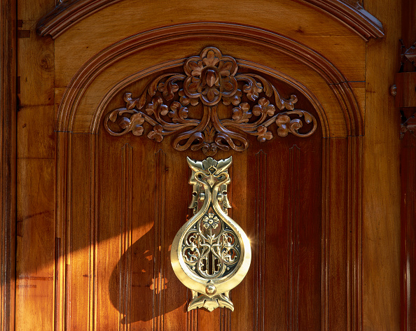 Handle「View of an elegant wooden door」:写真・画像(1)[壁紙.com]