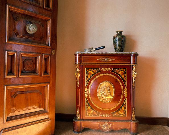 花瓶「View of an artistic wooden cabinet」:写真・画像(13)[壁紙.com]