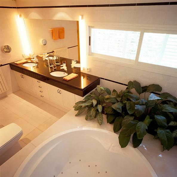 Bathroom「View of an illuminated bathroom」:写真・画像(2)[壁紙.com]