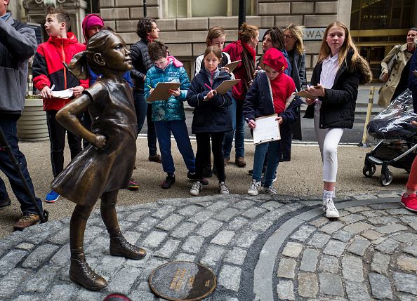 Fearless Girl Statue「Statue Of Defiant Girl Installed In Front Of Iconic Wall Street Bull By Global Investment Firm」:写真・画像(10)[壁紙.com]