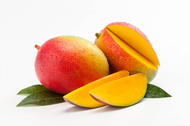 Fresh Slices of Mango on a Bed of Leaves:スマホ壁紙(壁紙.com)
