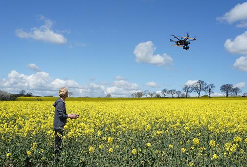 農業「Drone Pilot Flying Over Rapeseed Field」:スマホ壁紙(11)