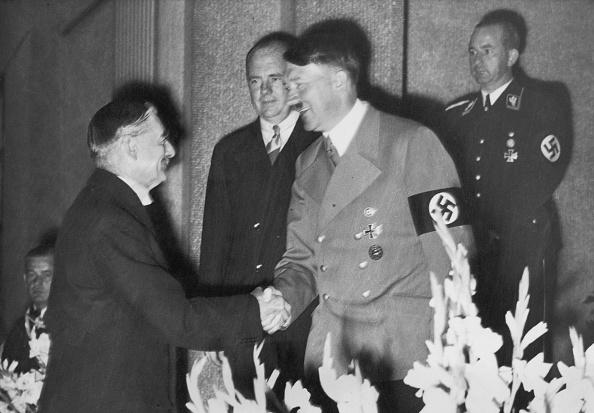 Two People「Chamberlain And Hitler」:写真・画像(8)[壁紙.com]