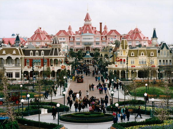 Amusement Park「In Disneyland Paris : Main Street at the entrance of the park in Marne la Vallee (former EuroDisney in 1992-1995)」:写真・画像(1)[壁紙.com]