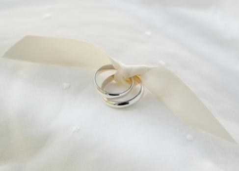 結婚「Two wedding rings tied with ribbon」:スマホ壁紙(2)